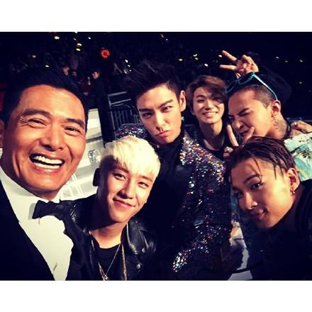 周润发在2015MAMA颁奖礼上与最终大奖获奖人、年度艺人BigBang在台上自拍