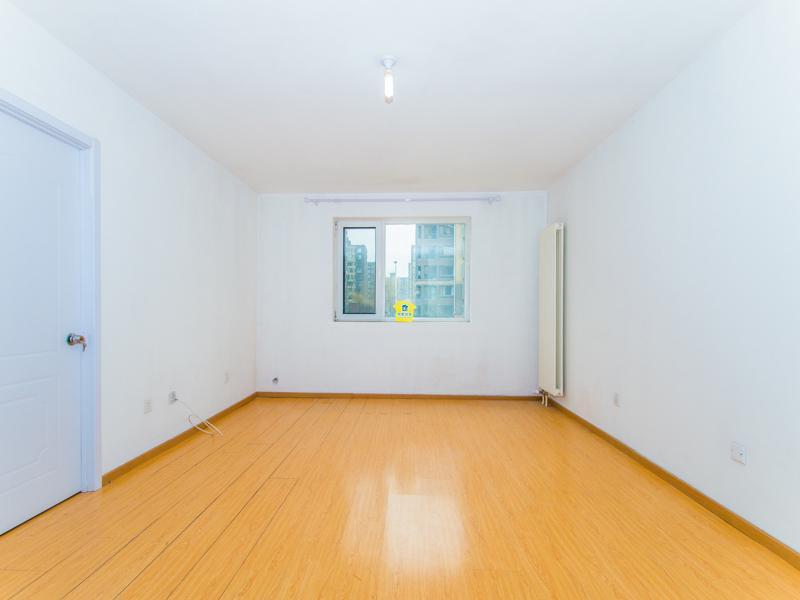 坐拥地铁 15年新房 集中供暖 价位便宜 诚意出售