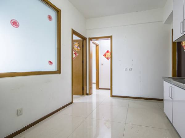 《拥金1点》易居国际两居室,户型方正,看房方便,业主诚心出售