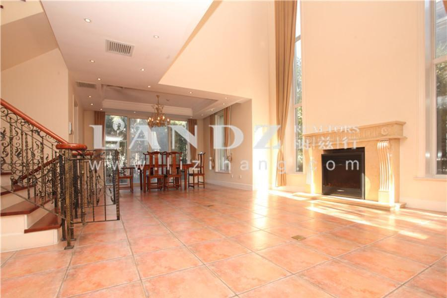 大湖山庄客厅挑高6.5米200平花园,U型明亮厨房,主卧带南向露台
