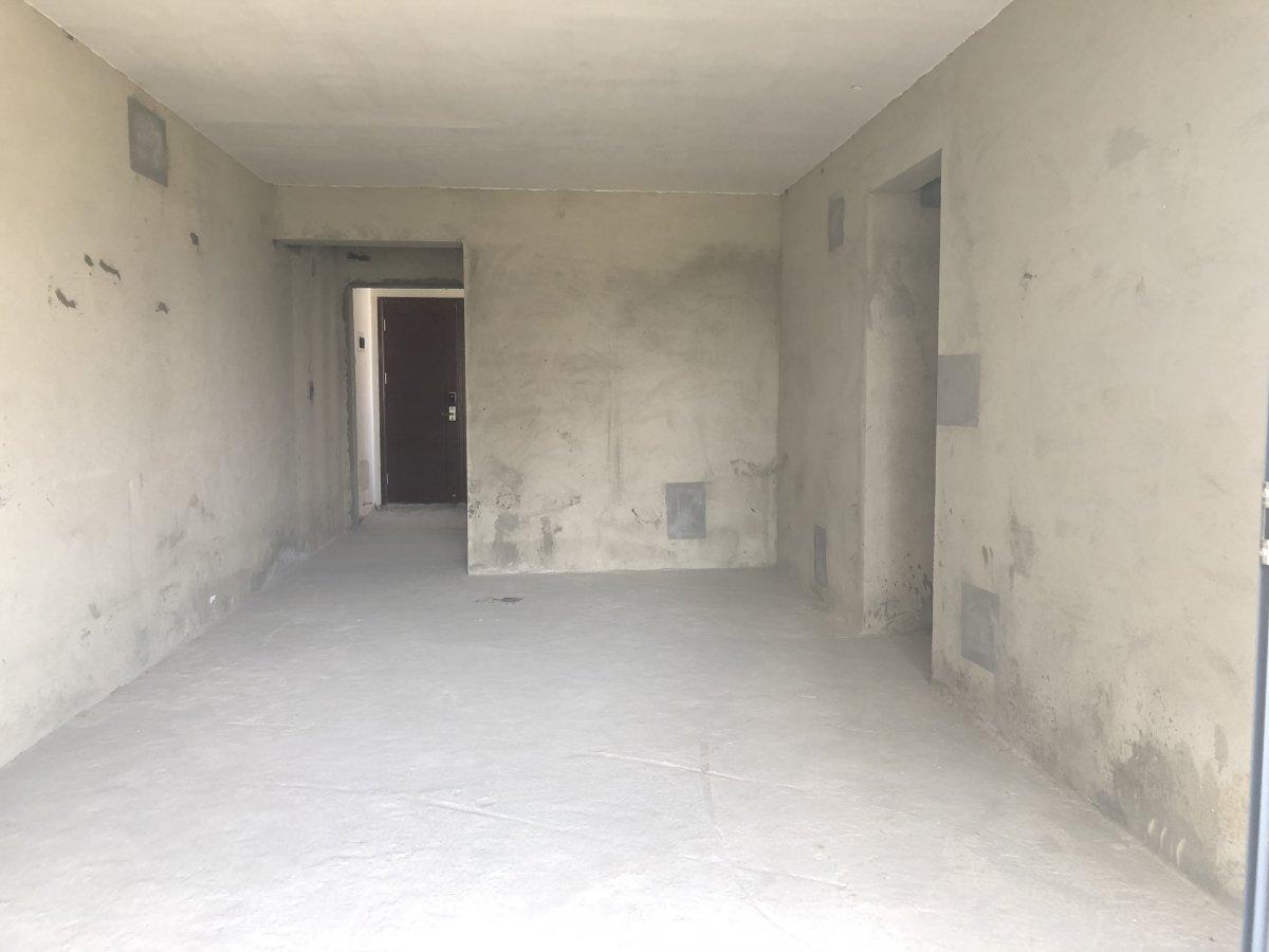 滨海悦城南向毛坯大三房116售300万 证不过两年