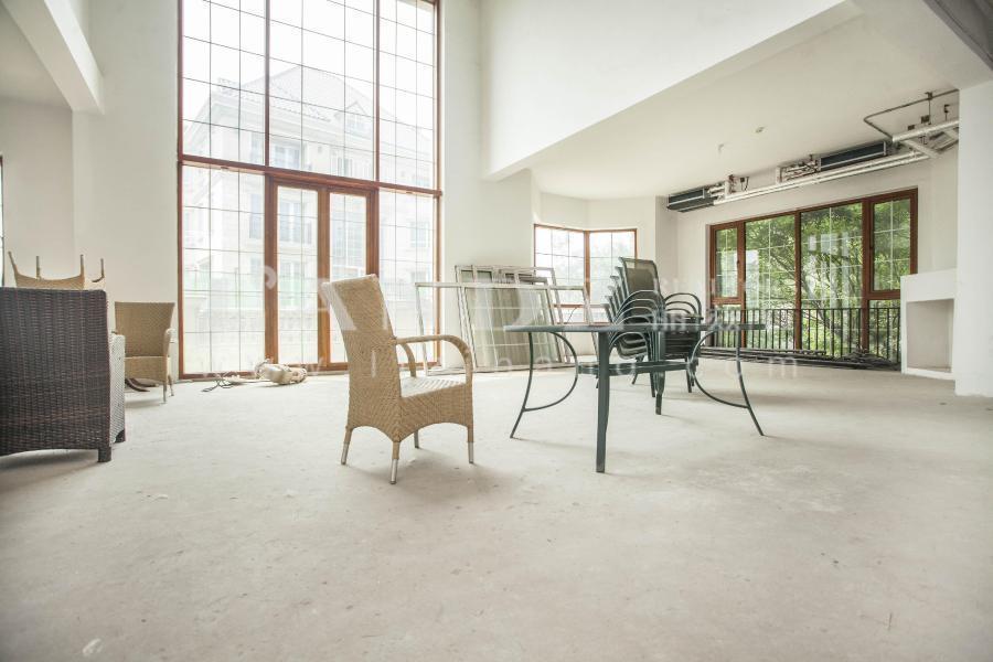 本房实拍 邻水独栋,客厅挑高6.6米,适合居住 带大露台