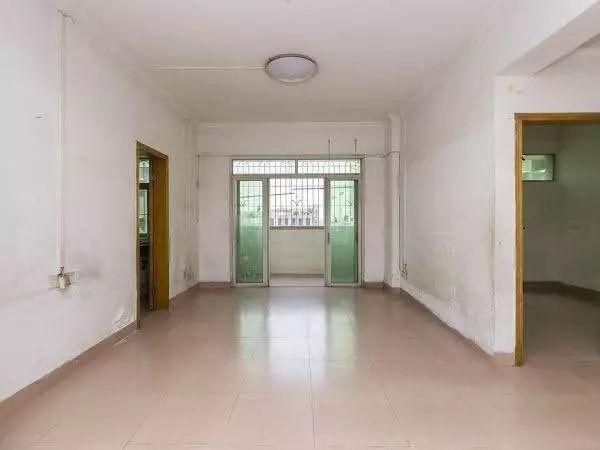 鸣翠花园旁 公安宿舍 电梯4房 仅售330万 2003年楼龄小区花园