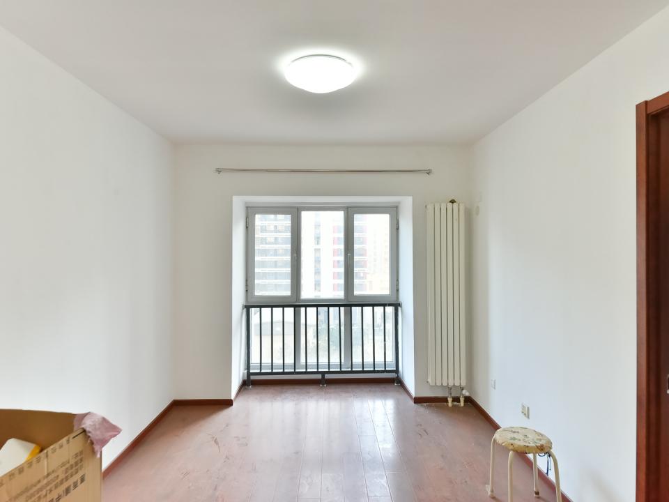 新小区一居室 业主装修完还没入住 诚心出售